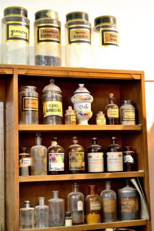 bocaux anciens herboristerie moderne